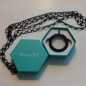 "Oragami Owl black living pocket & 30""-32"" chain"